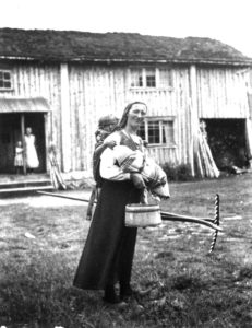 Oline Seldal med barn i fatle, såkalt linde. Sirdal, 1936.